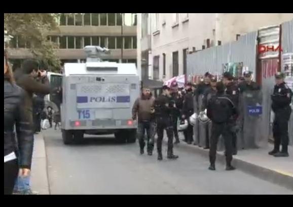TOMA'lar Cumhuriyet Gazetesi'nin bulunduğu sokağa yerleştirildi.