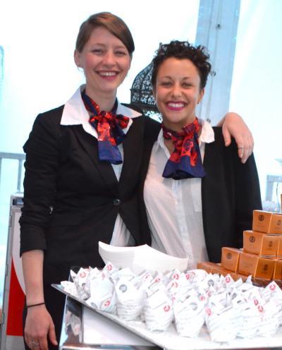 Türk Havayolları'nın sevimli kızları Festivalde Montreallilere Türk konukseverleğini gösterdi.
