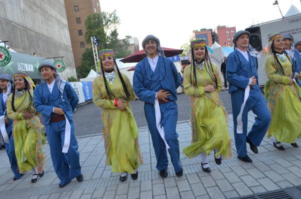 Hoytur Halkoyunları Topluluğu değişik yörelerden oyunlar sundu.