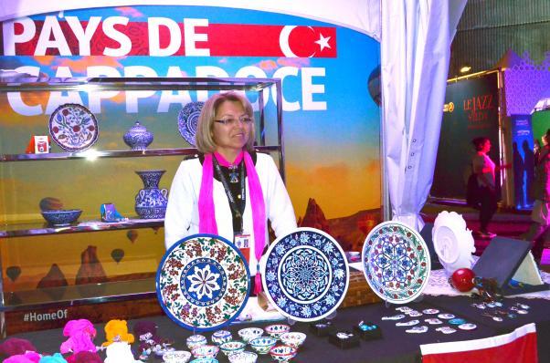 Meryem Buhari Festivalde kendi yaratımları olan İznik Çinilerinden örnekler sundu.