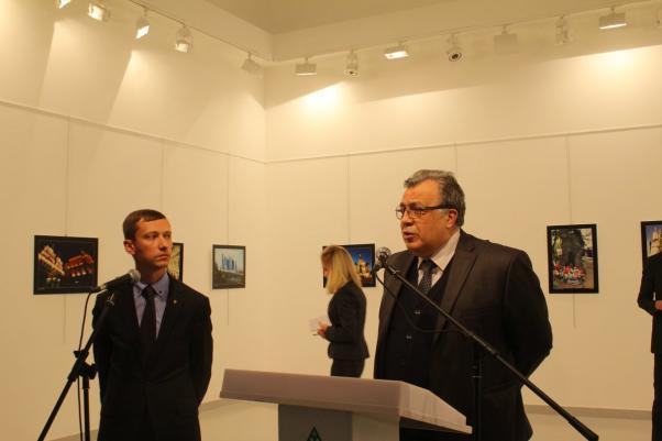 Büyükelçi Andrey Karlov fotoğraf sergisi açılışında konuşma yapıyordu.