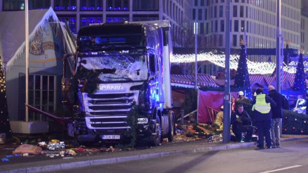 Berlin'de TIR Noel pazarında en az 9 kişiyi öldürdü, 50 kişiyi yaraladı.