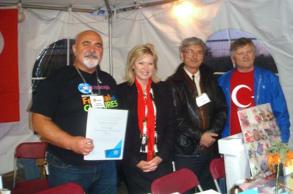 Mississauga Belediye Başkanı Bonnie Crombie Celal Uçar'a ödül verdi.
