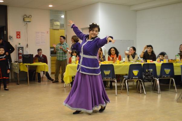 Güzel kızımız Yasemen Azerbaycan halkoyunlarından örnekler sundu.