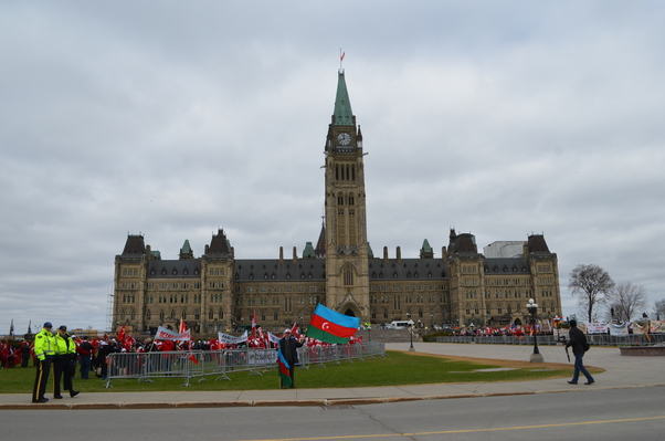 Kanada Parlamentosu avlusunda Ermeni ve Türk toplumu karşı karşıya.