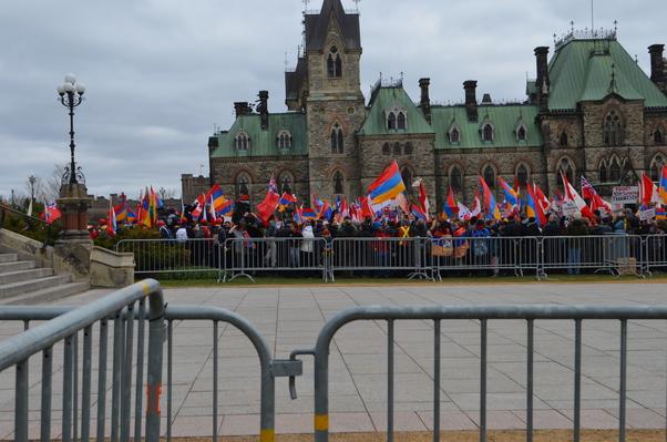 24 Nisan 2015'te Ermeni toplumu Ottava Parlamentosu önünde.