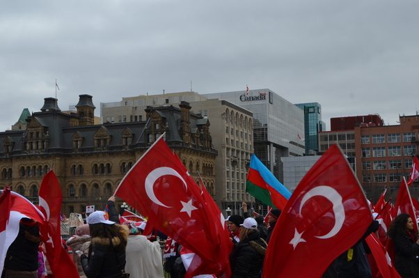 Türk toplumu 24 Nisan 2015'te Ermeni toplumunun karşısında yerini aldı.