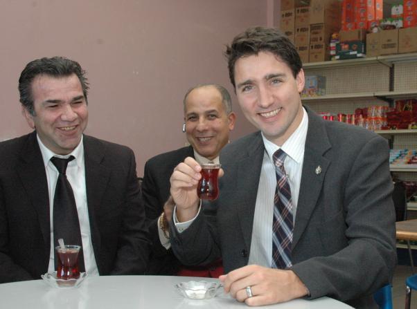 İnce belli bardakta Türk çayını çok sevdi.