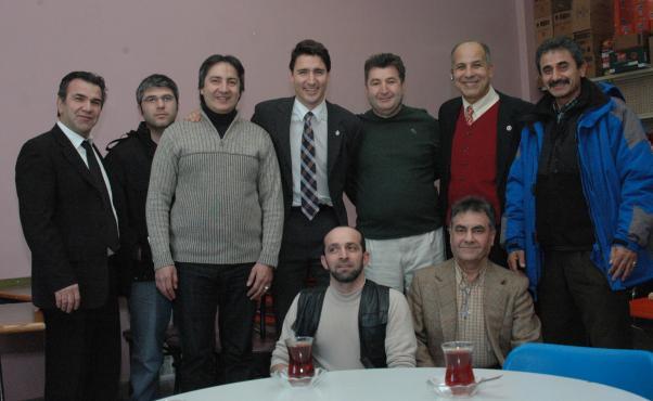 Trudeau Montreal'de Türk toplumu üyeleriyle birlikte.