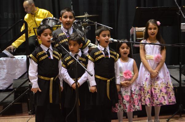 Toronto Azerbaycan Türk Okulu öğrencileri ezgiler söyledi.