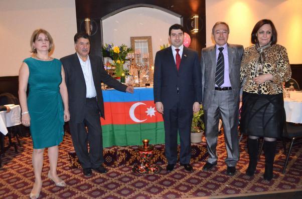 Hasan-Esmira Abbasi çiftinin önayak olduğu İlkyaz kutlaması'nda konuşan Azerbaycan Büyükelçiliği'nden Başkonsolos Faik Babayev ve Kebek Azerbaycan Derniği Başkanı Mesud Aliyev.