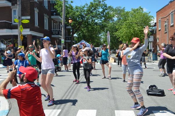 Bayram sokak danslarıyla kutlandı.