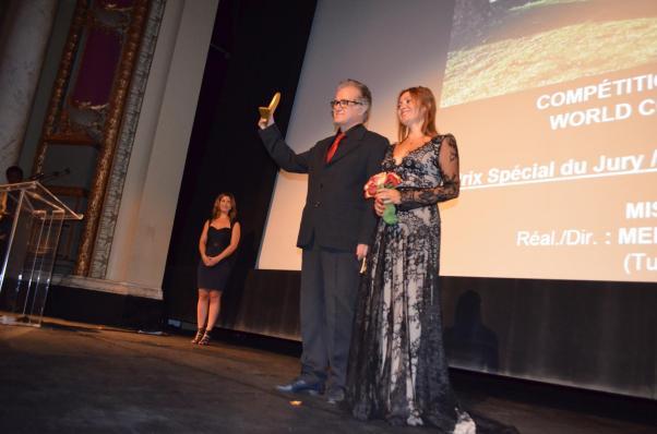 Misafir'in yönetmeni Mehmet Eryılmaz ve başoyuncusu Zümrüt Erkin ödül töreninde.