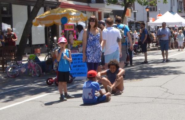 Yurttaşlar sokak ortasında oyunlar oynadılar.