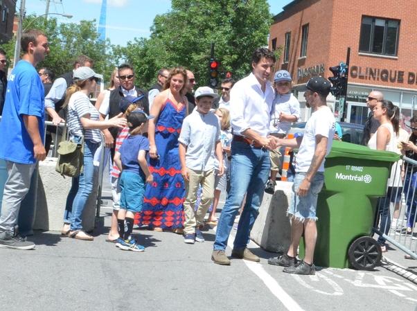 Trudeau ailesiyle kutlama alanına sade bir yurttaş olarak geldi. 3 bin kişilik koruma ordusu yoktu.