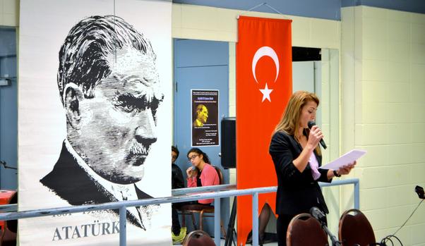 Montreal Türk Kadınlar Derneği Başkanı Rabiye Şeşen konuşmasını yaparken.