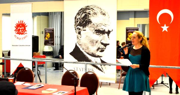 Montreal'deki Atatürk'ü Anma Günü'nde Duygu Özmekik konuşmasını yaparken.