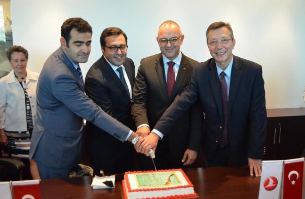 Büyükelçi Selçuk Ünal, THY Montreal Genel Müdürü Osman Şahan, Montreal Belediyesi'nden Aref Salem ve Daimi Temsilci Büyükelçi Ali Rıza Çolak THY Montreal'in açılış pastasını birlikte kestiler.