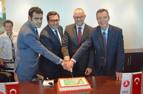 Büyükelçi Selçuk Ünal THY Montreal Genel Müdürü Osman Şahan, Montreal Belediyesi'nden Aref Salem ve Daimi Temsilci Büyükelçi Ali Rıza Çolak açılış pastasını birlikte kestiler.