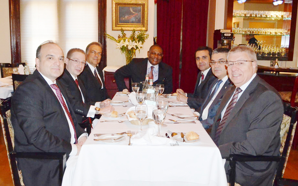 Kanada Kamerun ve Batı Afrika Ticaret Odası Genel Sekreteri Jean Atangana (ortada) Türkiye'den katılan kuruluş temsilcileriyle birlikte.