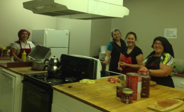 Edmonton'da gönüllüler mutfakta çalışırken.