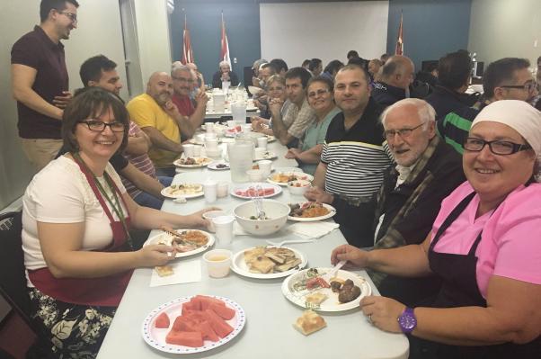 Edmonton'da Türk toplumu çeşitli vesilelerle bir araya geliyor, sıkı bir dayanışma örneği gösteriyor.