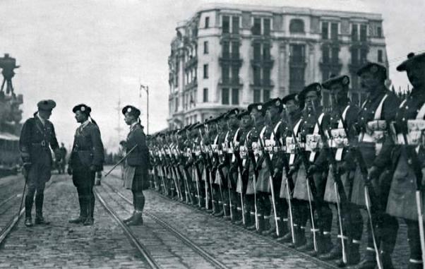 İşgal yıllarında İstanbul Karaköy'de İngiliz askerleri.