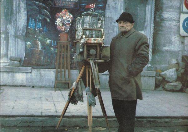 Alaminüt (dakikalık) denilen sokak fotoğrafçıları kentlerimizin olmazsa olmaz yüzlerindendi... Ahh. Güzel İstanbul filminde Sadri Alışık unutulmaz bir fotoğrafçı karakteri çizmişti.