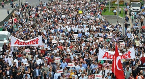 Binler 'Adalet' için yürüyor...