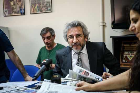 Can Dündar, Cumhuriyet'in eski Genel Yayın Yönetmeni, hakında yakalama emri çıkarıldı.