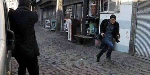 Kaçan teröristlerin polislere silah sıkmadıkları görülüyor.