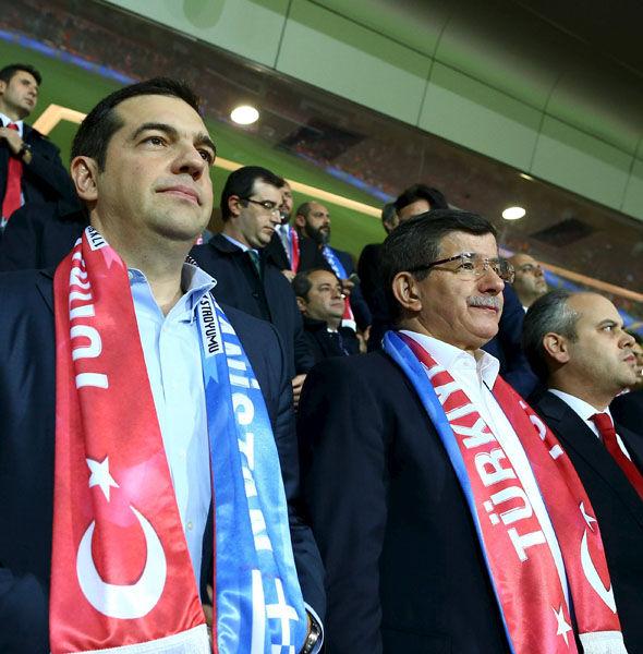 Çipras ve Davutoğlu maçı birlikte izledi.