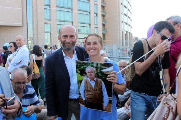 Ünlü sanatçı Nur Sürer gazeteci Erdem Gül ile.