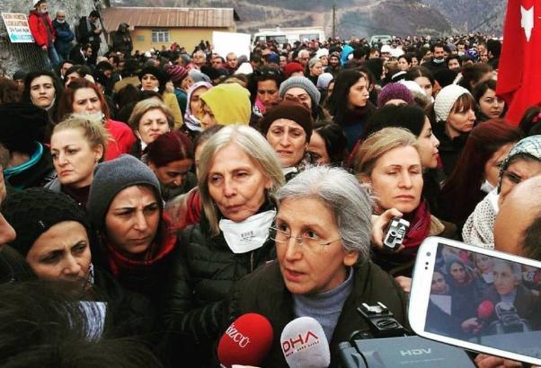 Emir kuluyuz diyen polise kadınlardan: 'Emir yaradandan gelirse kul olunur, Cengiz'den değil'...