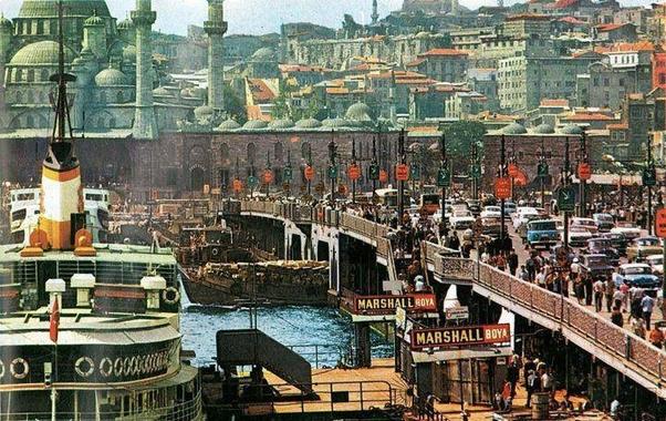 Eminönü, Galata Köprüsü iğne atsan yere düşmez kalabalıklığında bayram gezmelerine çıkanların uğrak yerlerindendi...