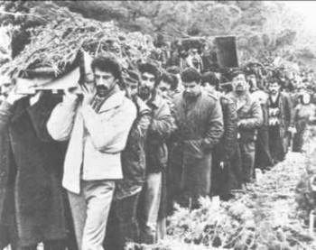 Azerbaycan şehitlerini gömdü.
