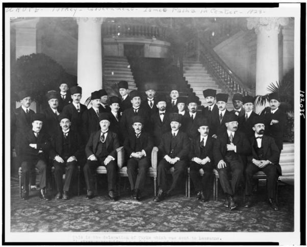 Lozan'a giden Türk Barış Kurulu İsmet Paşa'nın başkanlığında önemli görevlerde bulundu.