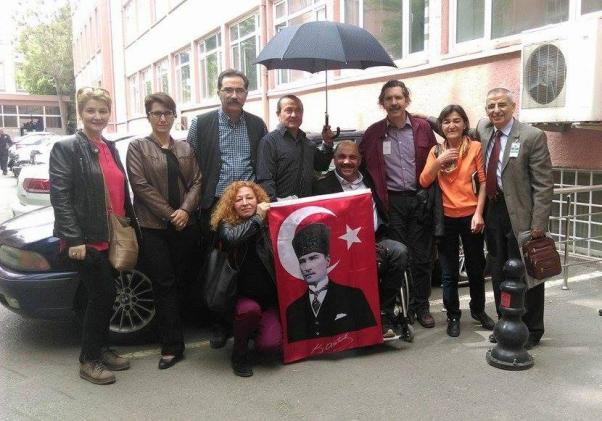 Sanıklar ve destek verenler Türk bayraklarıyla geldiler...