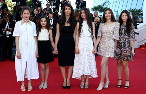 Deniz Gamze Ergüen Cannes Film Festivali'nde oyuncularıyla.