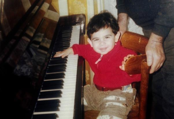 Ozan Ardıç bebek yaşta piyanoyla tanışmış.