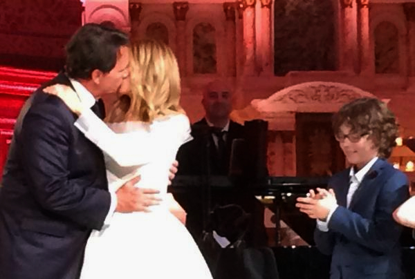 Pierre Karl Péladeau ve Julie Snyder'den resmi birleşme öpücüğü.