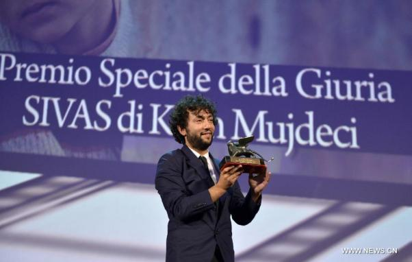 Kaan Müjdeci geçen yıl Venedik'te ödülle birlikte