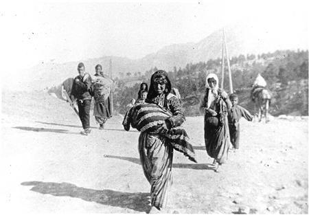 Yerlerinden edilen Osmanlı Ermenileri göç yolunda.
