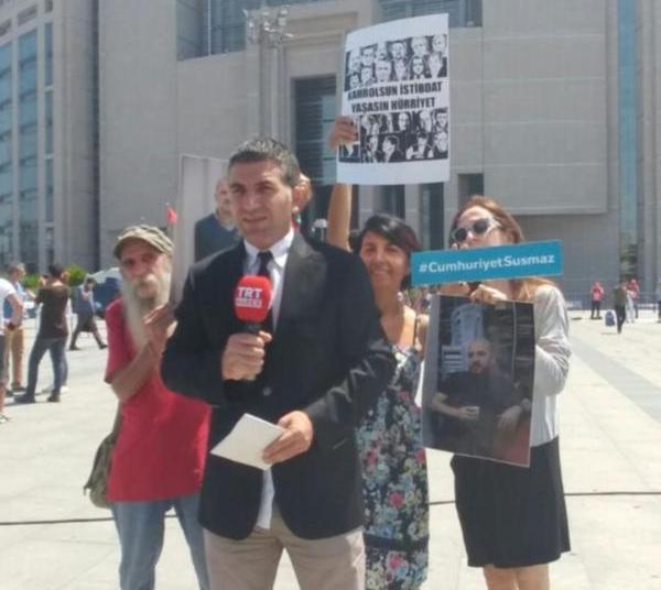 TRT yayın yaparken 'gazetecilere özgürlük' yazılarıyla protesto edildi.