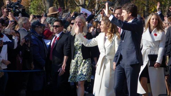 Justin Trudeau karısı Sophie ile halkı selamlıyor.