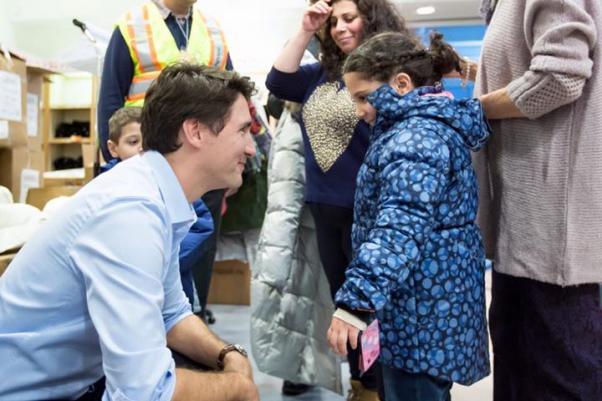 Başbakan Justin Trudeau Kanada'ya ulaşan ilk sığınmacı aileleri karşıladı.