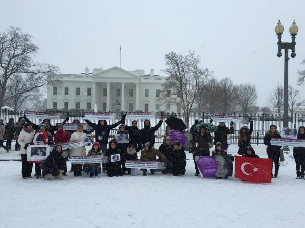 ABD'de Beyaz Saray önünde de Özgecan için tepki gösterildi.